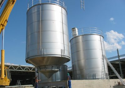 Large silos for the storage of powder raw material